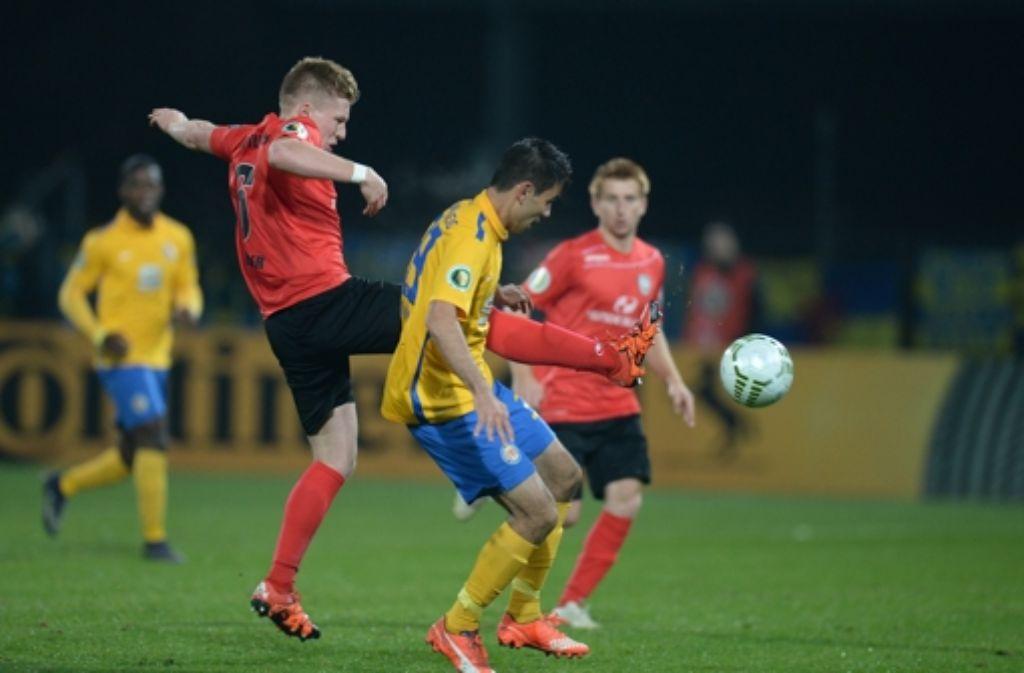 Eintracht Braunschweig hat gegen den SSV Reutlingen li.) ohne Probleme gewonnen. Foto: dpa