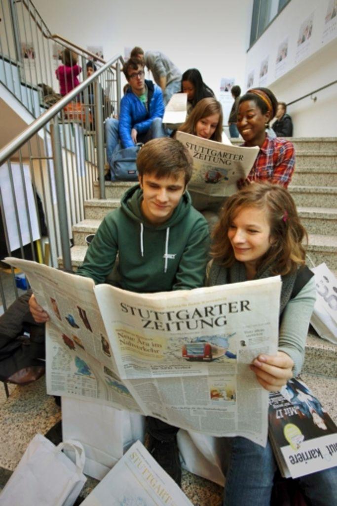 Zeitung kann man überall lesen – und offenbar macht das auch Spaß. Foto: Steinert/Archiv