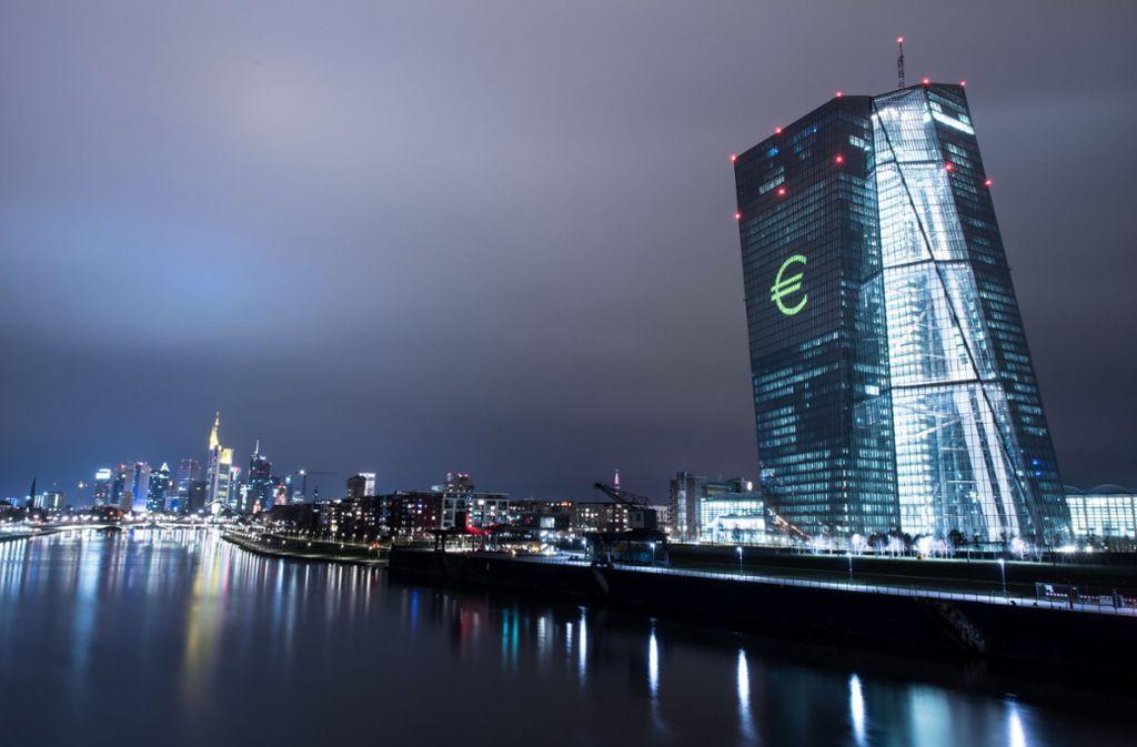 Die Fassade der Europäischen Zentralbank wurde 2016 mit einem Eurozeichen geschmückt. Heute ist die Bank wegen der Niedrigzinspolitik in die Kritik geraten. (Archivbild) Foto: dpa/Boris Roessler
