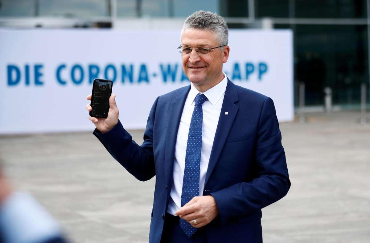 RKI-Chef Lothar  Wieler mit der Corona-App auf dem Smartphone. Foto: dpa/Hannibal Hanschke