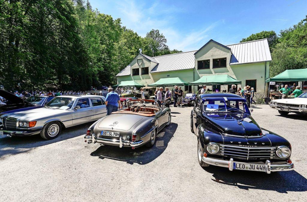 Schmuck: Sowohl die glänzenden Autos als auch das neu gebaute Vereinsheim beeindrucken die vielen Besucher. Foto: factum/Jürgen