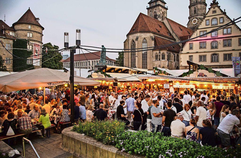 Bei schönem Wetter wird's nicht nur in den Lauben auf dem Schillerplatz eng. Foto: 7aktuell.de/Adomat