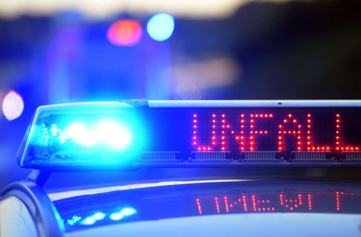 Die Polizei sucht Zeugen zu dem Unfall. (Symbolbild) Foto: dpa/Stefan Puchner