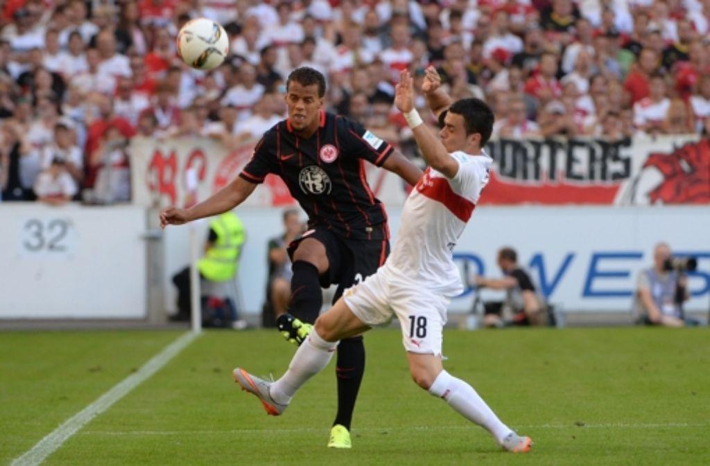Filip Kostic (rechts) wird auch weiter das VfB-Trikot tragen. Foto: dpa