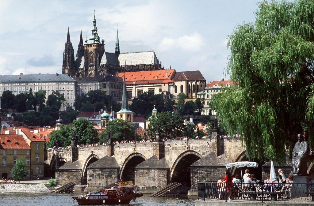 In Prag ist eine Fußgängerbrücke in die Moldau gestürzt (Archivfoto). Foto: dpa