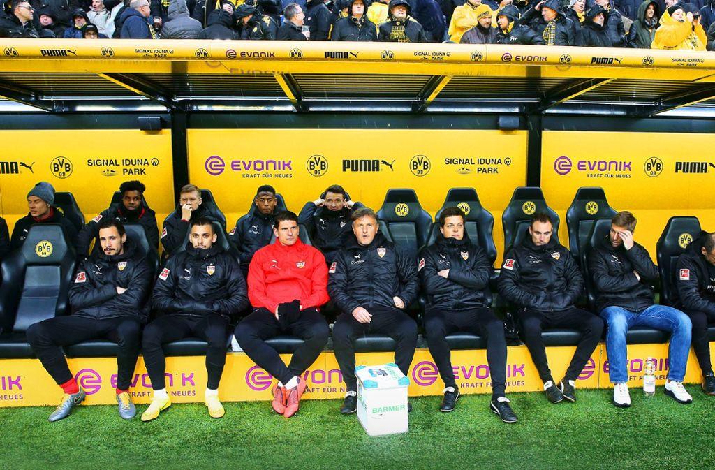 Die prominent besetzte Ersatzbank des VfB Stuttgart bei Borussia Dortmund. In unserer Bildergalerie haben wir die namhaftesten Bankdrücker der Bundesliga zusammengestellt. Foto: Baumann