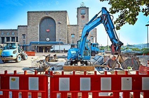 Die Bauarbeiter schaffen Platz für eine neue Fußgängerfurt. Foto: Heinz Heiss