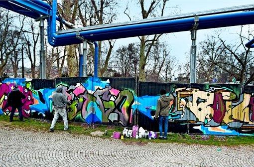 Bunter Farbklecks in Baustellenumgebung: Die Freuluftgalerie im Schlossgarten. Foto: Lg/Hass
