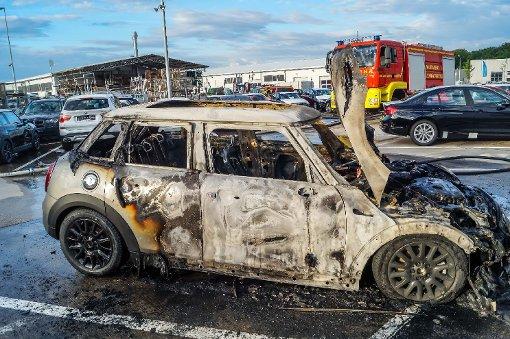 Neuer Mini brennt vor Autohaus aus