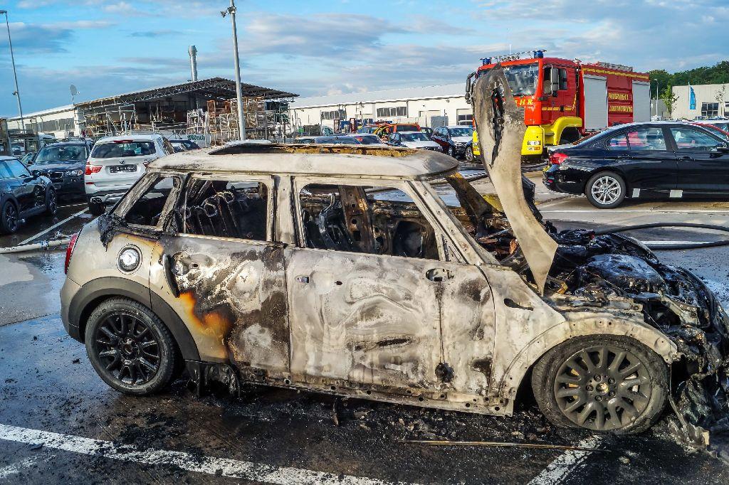 In Asperg ist dieser Mini vollständig ausgebrannt. Foto: SDMG / Haslinger