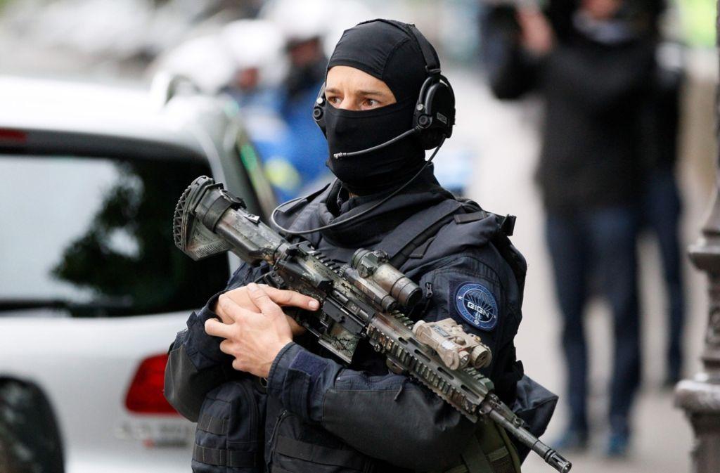 Großes Polizeiaufgebot beim Eintreffen des mutmaßlichen Attentäters Salah Abdeslam beim Gericht in Paris. Foto: AFP