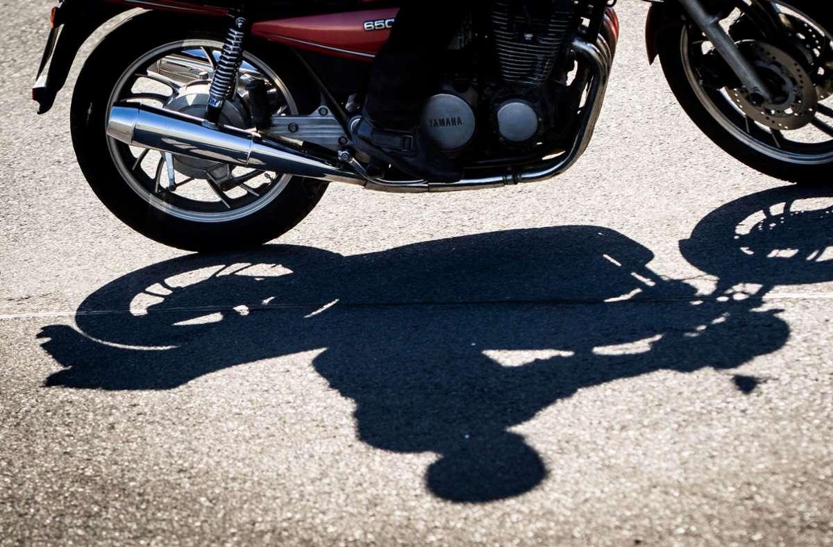Der Motorradfahrer musste glücklicherweise nicht ärztlich versorgt werden (Symbolfoto). Foto: picture alliance / Frank Rumpenh/Frank Rumpenhorst
