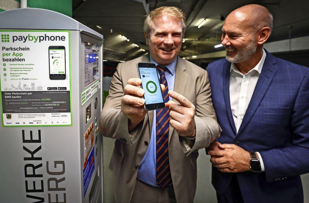 Oberbürgermeister  Martin Cohn (rechts) und der Erste Bürgermeister  Ulrich Vonderheid  testen das neue Bezahlsystem in der Tiefgarage  unter der  Altstadt. Foto: factum/