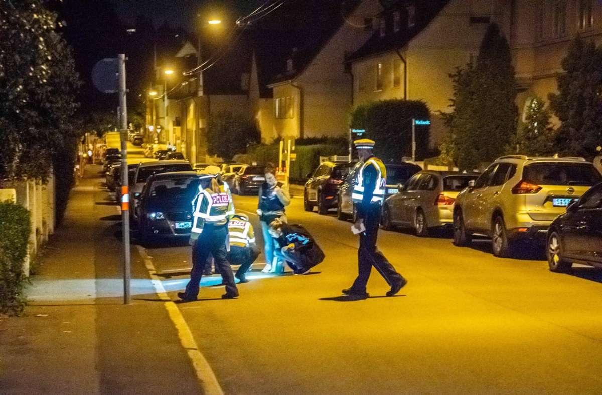 Polizisten suchen rund um den Wilhelm-Geiger-Platz in Feuerbach nach Hinterlassenschaften, die zur Tat gehören. Foto: 7aktuell.de/ /Nils Reeh
