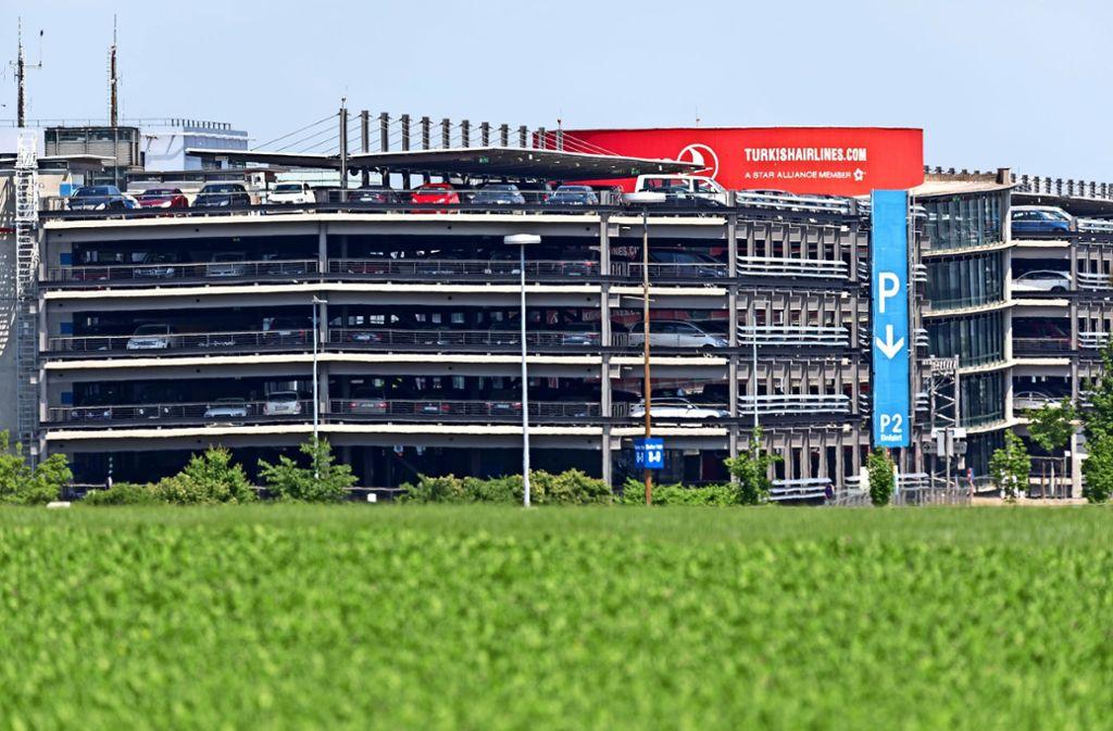 Mehr als 11000 Parkplätze gibt es derzeit am Flughafen. Foto: Thomas Krämer