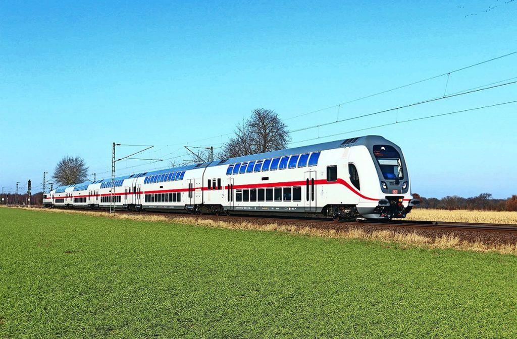 Ein weiß-roter Doppelstöcker fährt durch das  Gäu. Foto: Deutsche Bahn