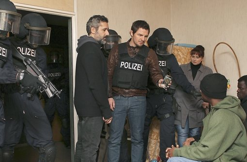 Kommissar Bootz (Felix Klare, vierter von li.) sucht seinen Kollegen Lannert. Foto: SWR