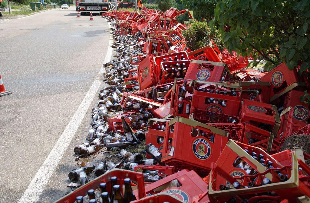 Die Feuerwehr muss am Freitag in Illingen ein Scherbenmeer aus kaputten Bierflaschen beseitigen. Foto: SDMG