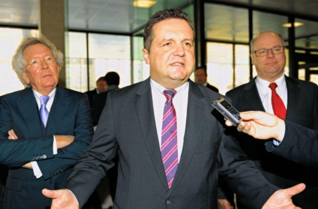 Stefan Mappus (mit seinen Anwälten) fordert die Vernichtung seiner Mails, die im Staatsministerium entdeckt wurden. Foto: dpa