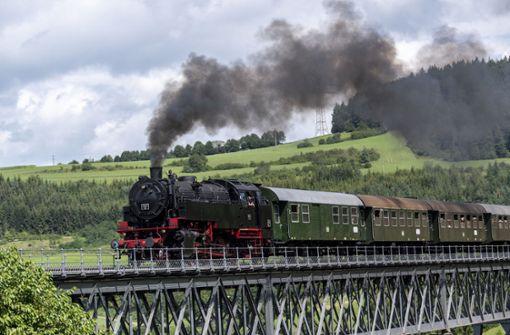 Zwei Männer bringen historische Bahnen in Fahrt