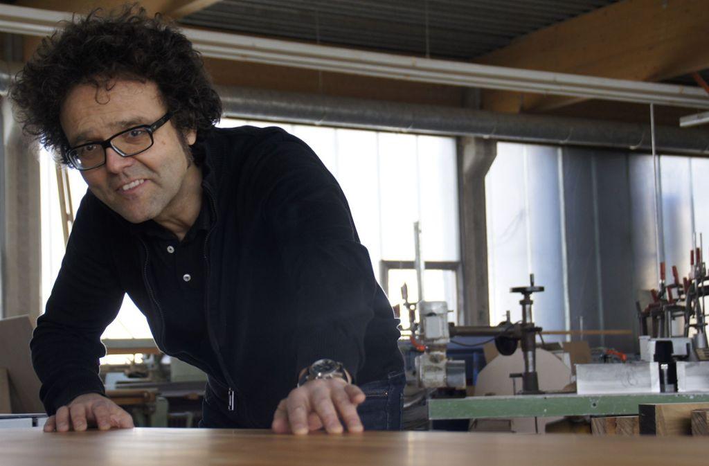 Günther Alber ist Schreiner mit Leidenschaft. Das versucht er auch seinen Lehrlingen zu vermitteln und bei ihnen Begeisterung zu entfachen. . Foto: Leonie Schüler