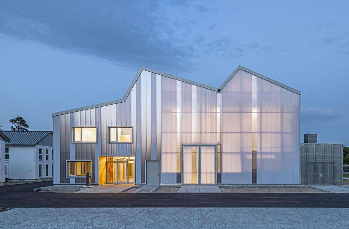 Behnisch Architekten sind mit einem zweiten Projekt auf der Shortlist vertreten: dem KIT Energy Lab 2.0, Eggenstein-Leopoldshafen. Das Gebäude mit einer transluzenten Hülle aus Polycarbonat und einer durchscheinenden Konstruktion aus Holz  beherbergt eine großzügige, stützenfreie Versuchshalle sowie einen zweigeschossigen Büroriegel. Foto: David Matthiessen