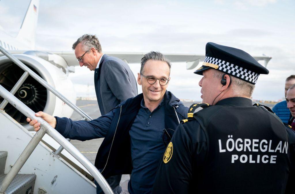 Keflavik in Island: Heiko Maas (SPD) verabschiedet sich nach einem Tankstop von einem isländischen Polizisten. Das Tanken lief nicht ohne Probleme ab. Foto: dpa