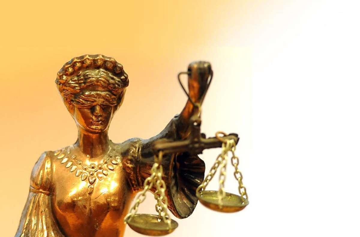 Das Gericht hat den Mann zu einer Haftstrafe von 13 Jahren verurteilt. (Symbolbild) Foto: picture alliance/dpa/Britta Pedersen/red
