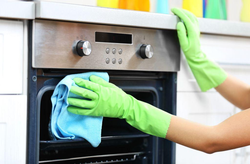 Gummihandschuhe schützen Ihre Haut vor chemischen Reinigern. Foto: Africa Studio / shutterstock.com