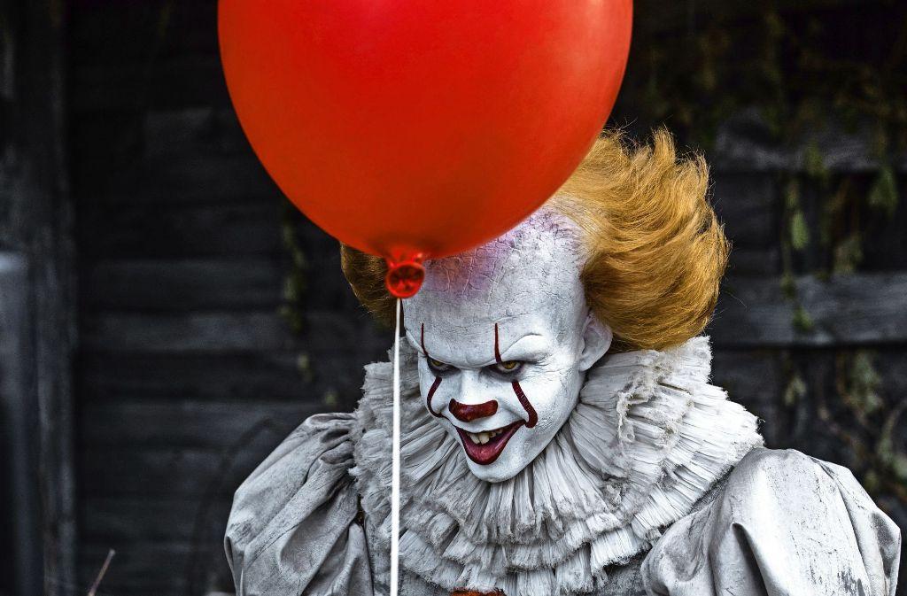 """Der böse Clown Pennywise (Bill Skarsgård) ist keineswegs die einzige Widrigkeit im Leben der Teenager in """"Es"""" Foto: Verleih"""