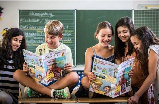 """Die Kinder der Grundschule in Stuttgart-Heumaden freuen sich über die """"Stuttgarter Kinderzeitung"""". Foto: Achim Zweygarth"""