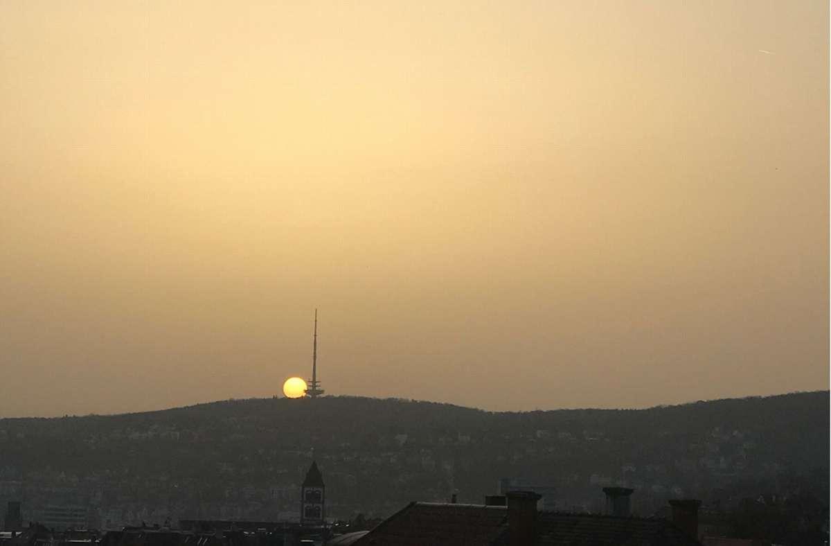 Wieder trübt der Saharastaub den  Himmel über Stuttgart. Foto: StZN/Lukas Jenkner