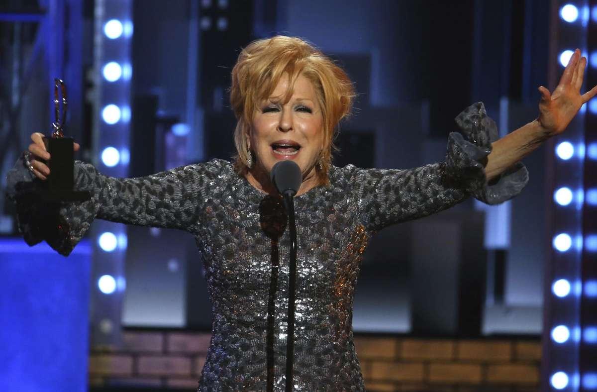 """Bette Midler im Jahr 2017: Sie nimmt den Tony Award als beste Schauspielerin in einem Musical für die Titelrolle in """"Hello Dolly"""" entgegen. Foto: dpa/Michael Zorn"""