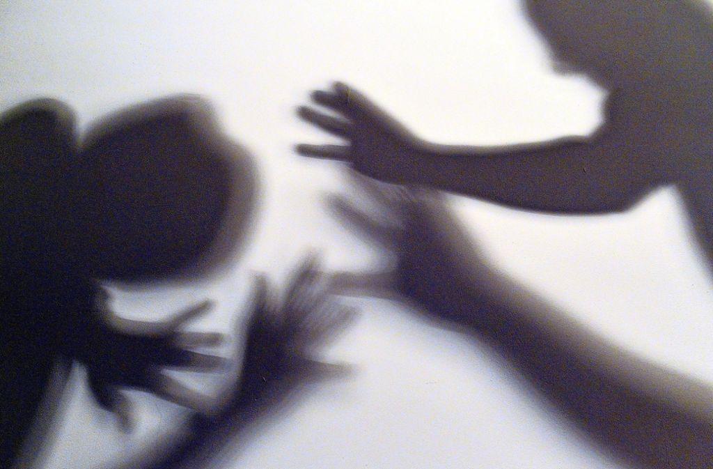 Die zwei Unbekannten bedrängen die 19-Jährige, bis eine Passantin zu Hilfe kommt (Symbolbild). Foto: dpa