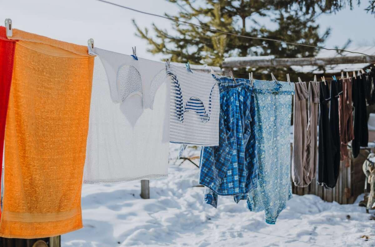 Ja, es funktioniert. In diesem Artikel zeigen wir Ihnen, worauf Sie achten müssen, wenn Sie Ihre Wäsche im Winter bei Minusgraden draußen trocknen. Foto: Ivan Babydov / Shutterstock.com