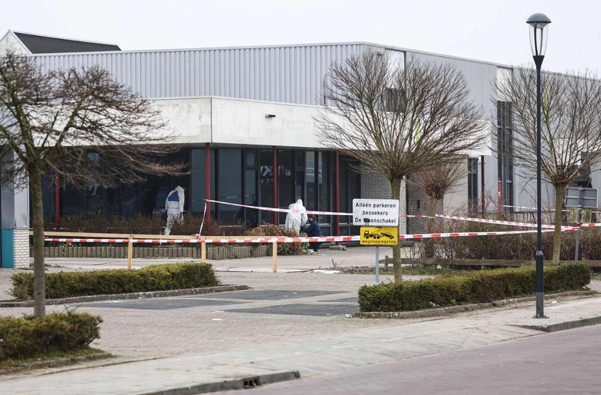 Kurz vor 7.00 Uhr explodierte bei dem Zentrum nach Polizeiangaben ein Metall-Rohr. Fünf Fensterscheiben seien zu Bruch gegangen. Foto: AFP/ARIS OIKONOMOU