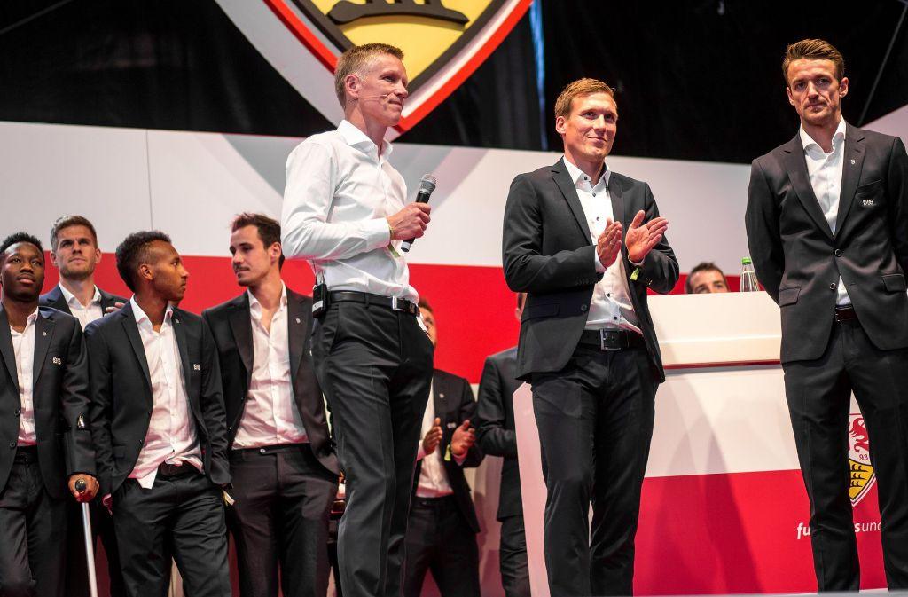 Jan Schindelmeiser (in weiß) neben Trainer Hannes Wolf und Kapitän Christian Gentner (rechts). Foto: dpa
