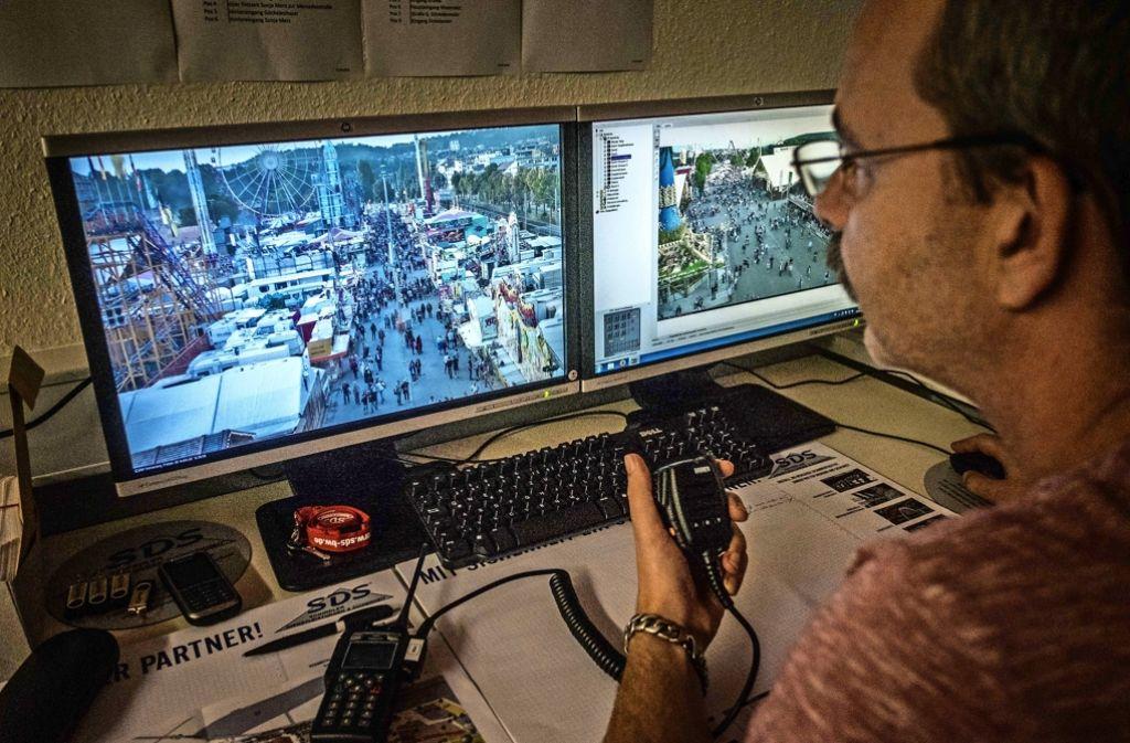 Am Bildschirm und über Funk verfolgen die Beamten das Geschehen auf dem Platz. Foto: Lichtgut/Kovalenko