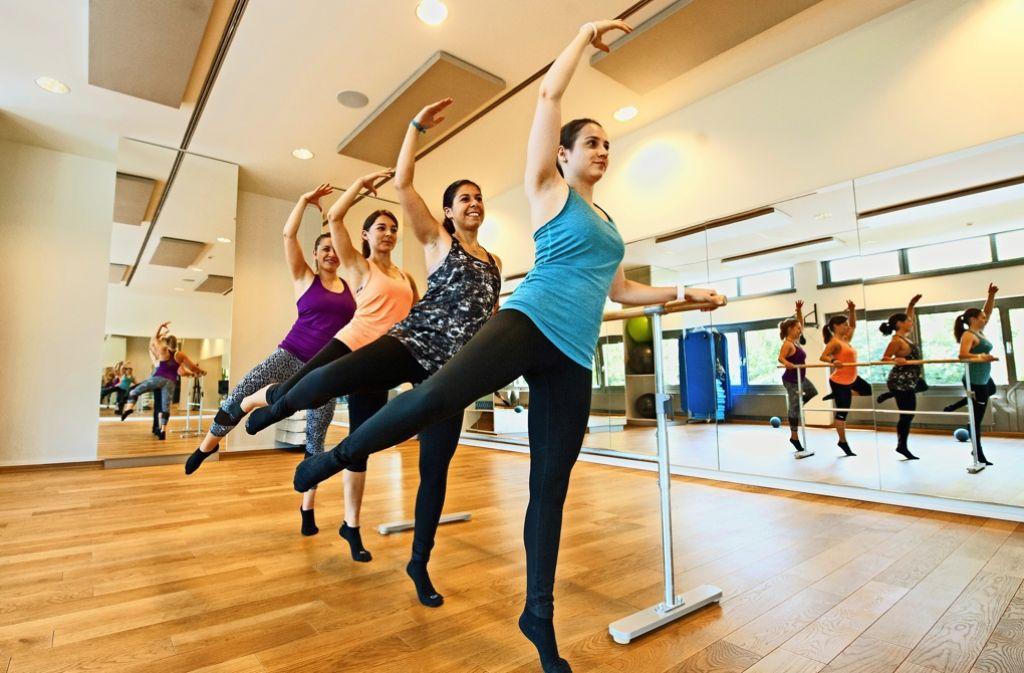 Das Fitnessprogramm Barre Concept verspricht Kraft, Ausdauer sowie Figur und Anmut einer Primaballerina – trainiert wird an der Ballettstange. Foto: Lichtgut/Oliver Willikonsky