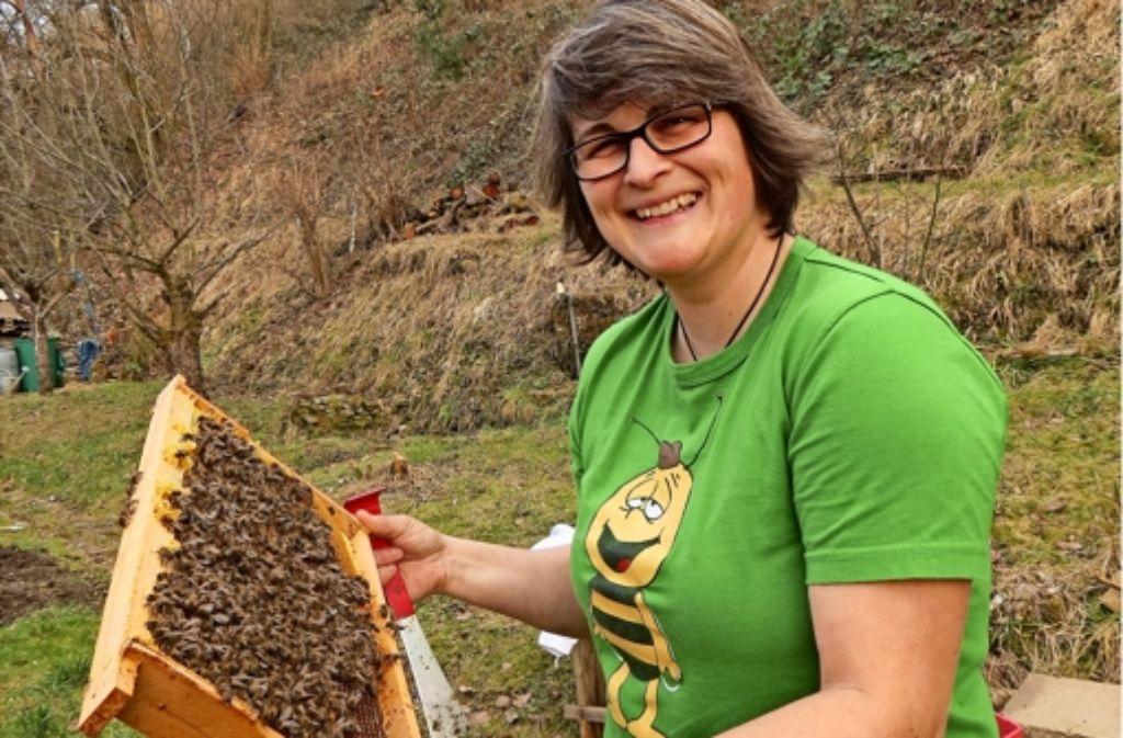 Angela Fischer mit ihren Bienen Foto: Eveline Blohmer
