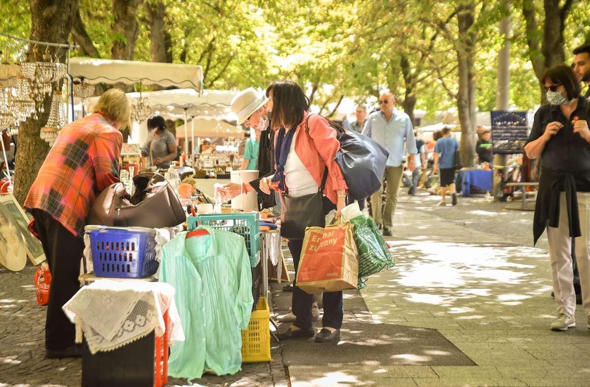 Dieses vertraute Bild gibt es wieder von diesem Samstag an: Flohmarkt auf dem Karlsplatz Foto: Lichtgut/Ferdinando Iannone