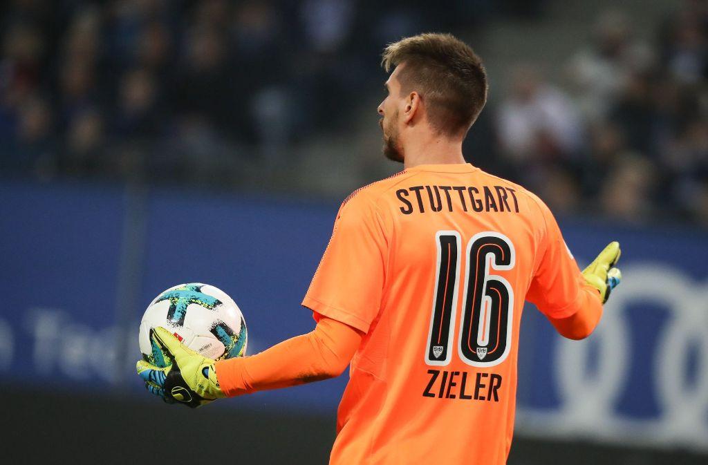 VfB-Keeper Ron-Robert Zieler hat mit seinem Patzer in der 20. Minute dem HSV die Führung ermöglicht. Foto: dpa