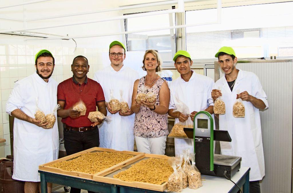 Sie sind schon mitten in der Nudelproduktion: Salim, Yassir Eric, Carsten Gunsilius, Monika Klotz, Abdollah und Majd (von links) Foto: