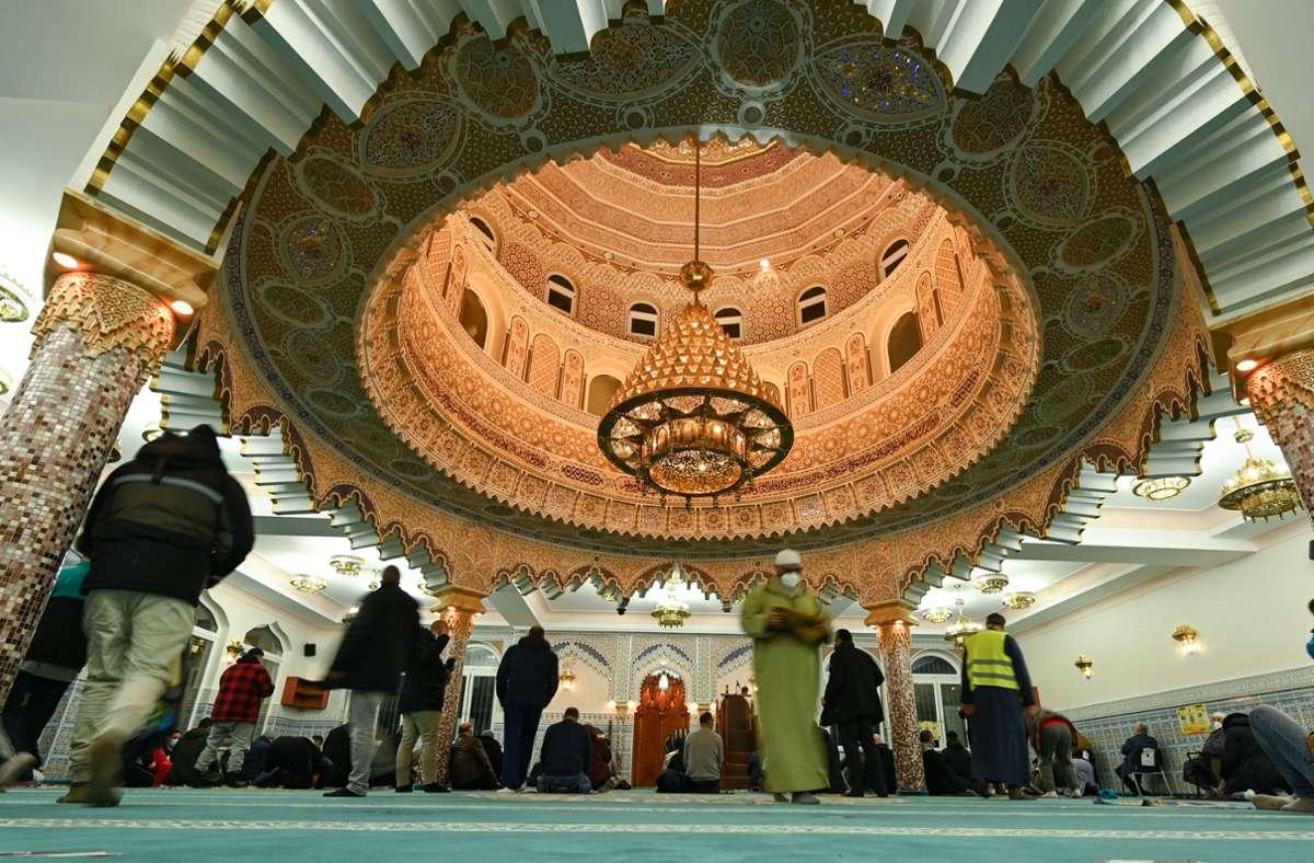 Männer finden sich am 13. April zum Nachtgebet (Ischaa) in der Abu Bakr Moschee der Islamischen Gemeinde Frankfurt am Main ein. Foto: Arne Dedert/dpa