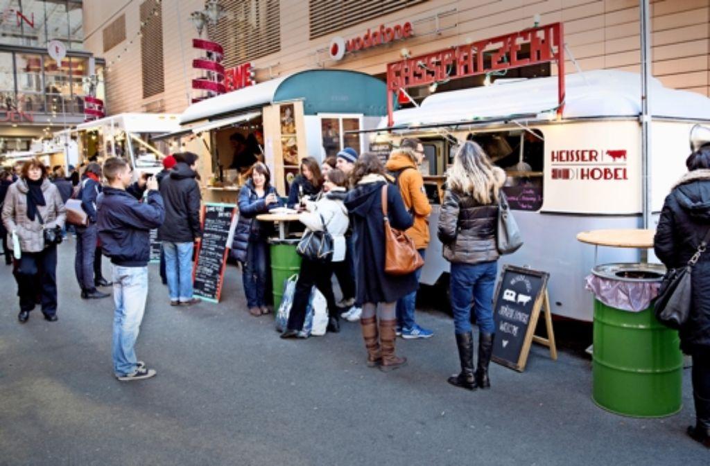 So ähnlich könnte es bei den Stuttgarter Street-Food-Veranstaltungen zugehen: Aus verschiedenen Essenswagen heraus werden in Berlin Spezialitäten verkauft. Foto: dpa