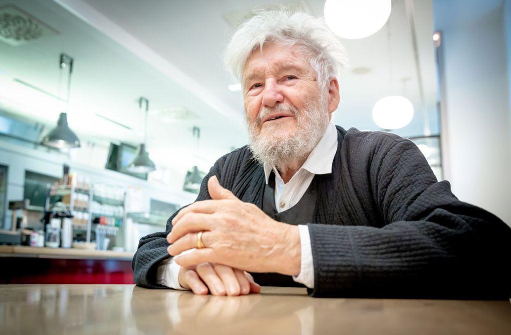 Kennt sich aus im Haus: Achim Freyer in der Kantine des Stuttgarter Schauspiels. Foto: Lichtgut/Julian Rettig