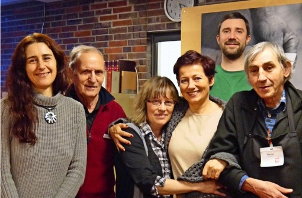 """Die Mitarbeiter und ehrenamtlichen Helfer im """"Café Nachbarschafft"""" des Gebrüder-Schmidt-Zentrums sind wie eine große Familie. Foto: Nina Ayerle"""