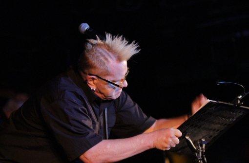 Johnny Rotten schlägt Fan mit Mikroständer