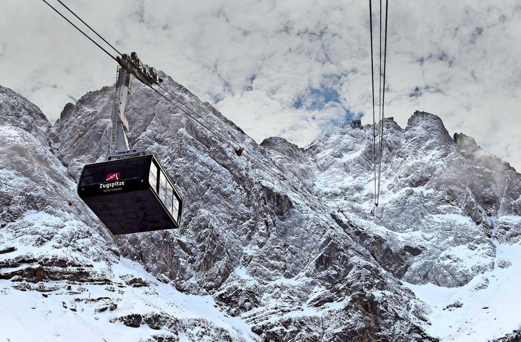 In zehn Minuten zum Gipfel: Die Seilbahn ist ein Bauwerk der Superlative. Foto: AFP