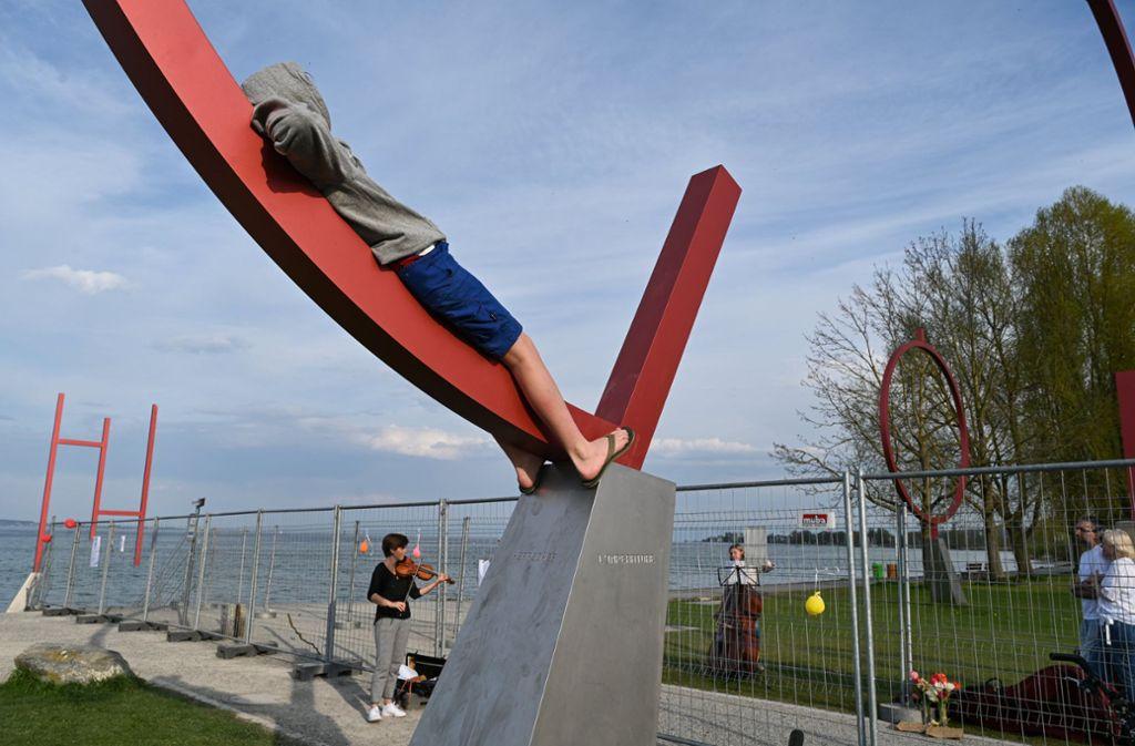 An der Kunstgrenze zwischen Konstanz und Kreuzlingen stehen mittlerweile zwei provisorische Grenzzäune. Foto: dpa/Felix Kästle